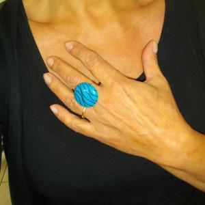 Rendu porté (bague ronde fils turquoise) - Vente en ligne de bijoux fimo