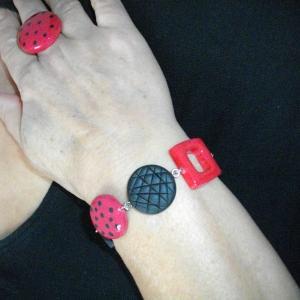 rendu porté ,Bracelet avec carrés rond (rouge et noir) - Vente en ligne de bijoux fimo