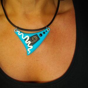 Rendu porté (triangle turquoise) - Vente en ligne de bijoux fimo